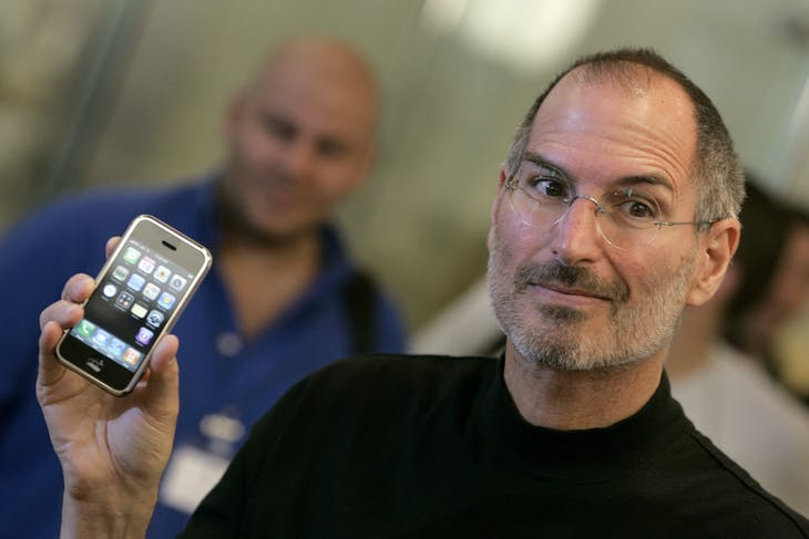 Apple Chief Executive Steve Jobs holds the new iPhone at the Apple store in central London, September 18 2007. O2, part of Spanish telecoms giant Telefonica, and European mobile phone retailer Carphone Warehouse have clinched the long-awaited deal to bring Apple's prized iPhone to Britain. REUTERS/Alessia Pierdomenico (BRITAIN) - RTR1TZCR