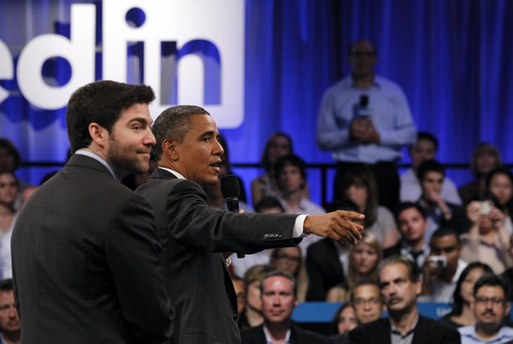 U.S. President Barack Obama participates in a LinkedIn town hall-style meeting with LinkedIn CEO Jeff Weiner (L) in Mountain View, California, September 26, 2011.   REUTERS/Jason Reed   (UNITED STATES - Tags: POLITICS BUSINESS) - RTR2RVI2