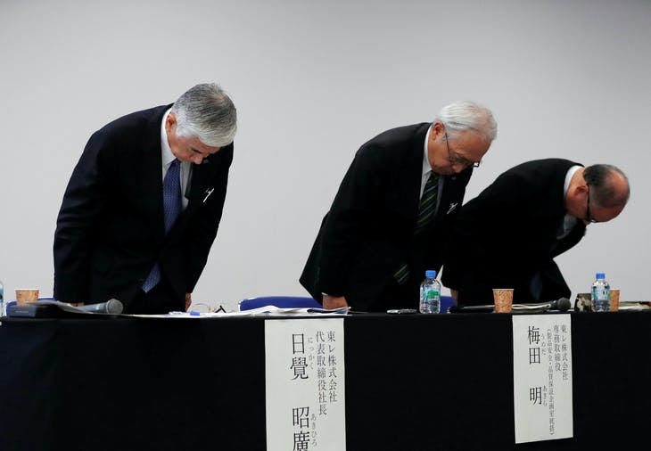 Toray Industries' President Akihiro Nikkaku (L) and his executives bow their heads after a news conference in Tokyo, Japan, November 28, 2017. REUTERS/Issei Kato - RC1D562ECC10