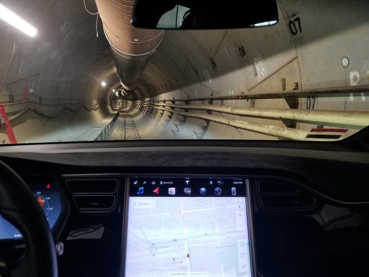 ▲特斯拉開在 Loop 隧道裡,photo credit: The Boring Company
