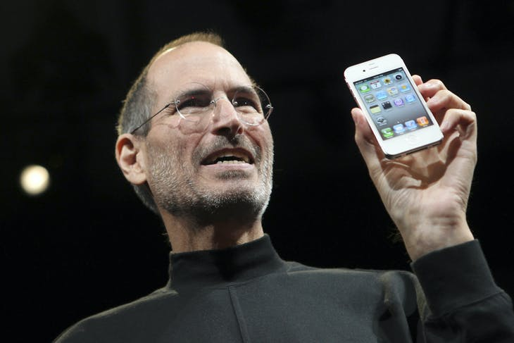 Apple CEO Steve Jobs poses with the new iPhone 4 during the Apple Worldwide Developers Conference in San Francisco, California, June 7, 2010.  REUTERS/Robert Galbraith  (UNITED STATES - Tags: SCI TECH) - GM1E6680CWV01
