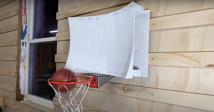 "YouTube《Stuff Made Here》頻道<a href=""https://www.youtube.com/watch?v=vtN4tkvcBMA&feature=emb_title"" target=""_blank"">〈How I made a basketball hoop that always goes in</a>〉影片截圖"